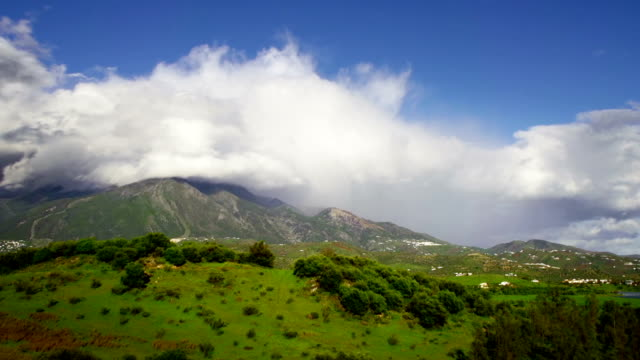 山の景観と雲 - 層積雲点の映像素材/bロール