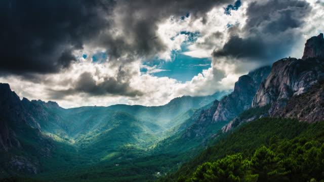 タイムラプス: 山々に加わっています - 起伏の多い地形点の映像素材/bロール