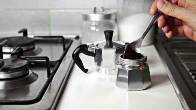 vídeos y material grabado en eventos de stock de pinza de montaje de café italiano de la preparación - acero inoxidable