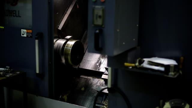 cnc 기계 처리, 금속 가공, 워크샵에서의 스핀 들에 장착 - 척 드릴 부속품 스톡 비디오 및 b-롤 화면