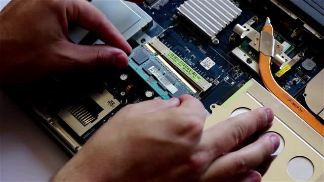montaggio di memoria ram su computer - promemoria video stock e b–roll