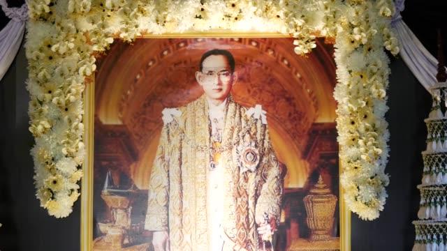 sorgporträtt bhumibol adulyadej - kungen av thailand bildbanksvideor och videomaterial från bakom kulisserna