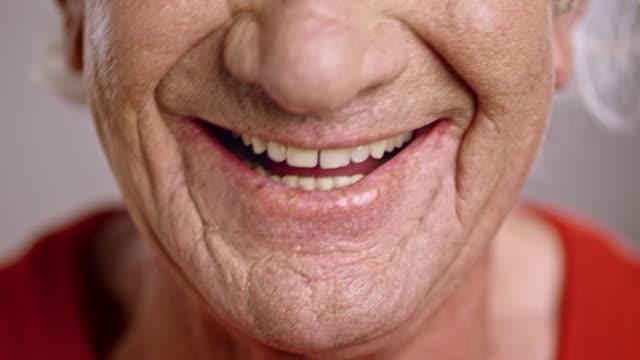 vídeos y material grabado en eventos de stock de boca sonriente de un hombre caucásico senior - sonrisa con dientes