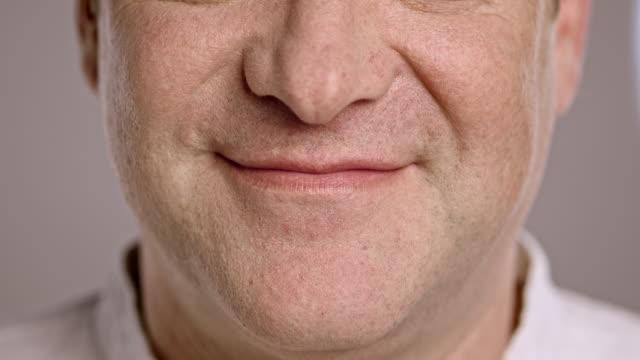 vídeos y material grabado en eventos de stock de boca sonriente de un hombre caucásico - boca