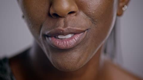vídeos de stock e filmes b-roll de boca de uma mulher afro-americana a falar - primeiro plano