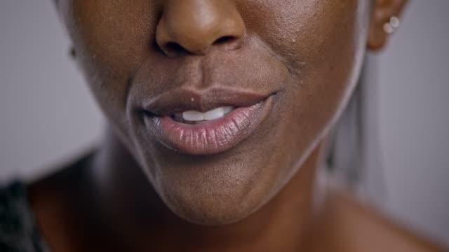 vidéos et rushes de lèvres d'une femme afro-américaine parler - bouche