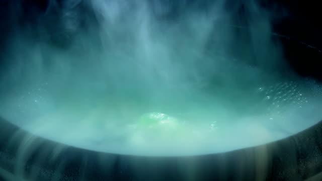 vidéos et rushes de déplacez-vous vers le chaudron magique bubbling - charmeur