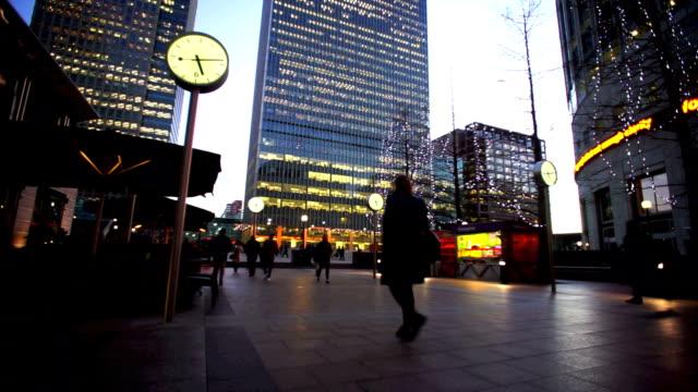 stockvideo's en b-roll-footage met verkeer van zakenman vergadering, office business gebouw in londen, engeland - dubbelopname businessman