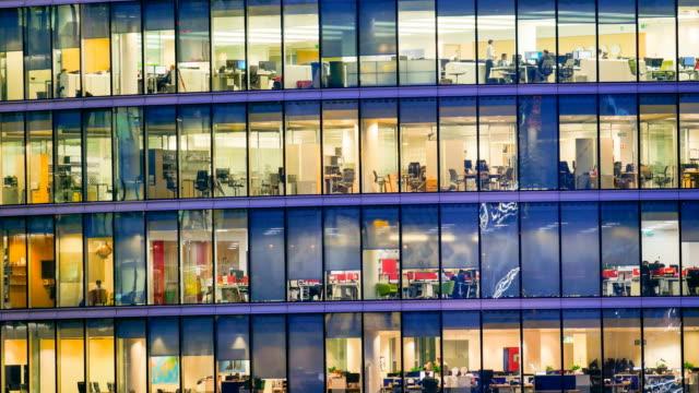 stockvideo's en b-roll-footage met verkeer van zakenman vergadering & werkt, office business gebouw in londen, engeland - timelapse - dubbelopname businessman