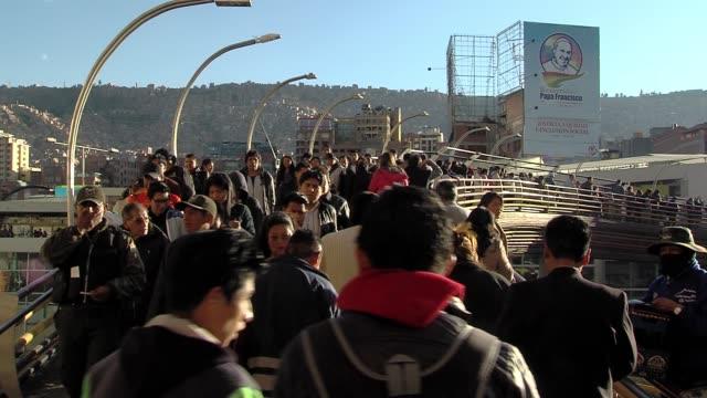 bolivya'da kalabalık la paz köprüsü'nde hareket. arka planda bir papa francis posteri. - pope francis stok videoları ve detay görüntü çekimi