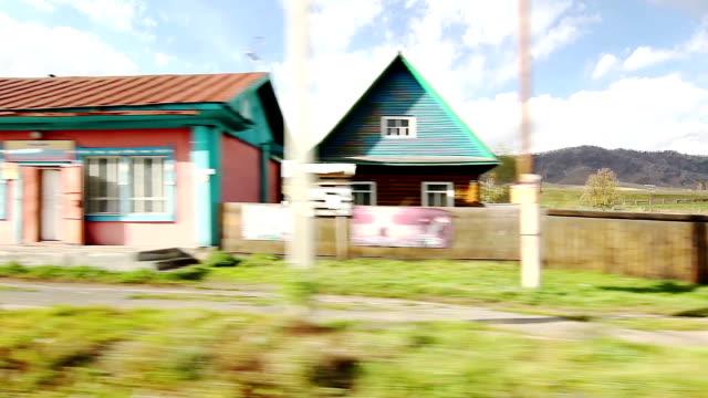 動きの村にアルタイ山脈(pov) - アルタイ自然保護区点の映像素材/bロール