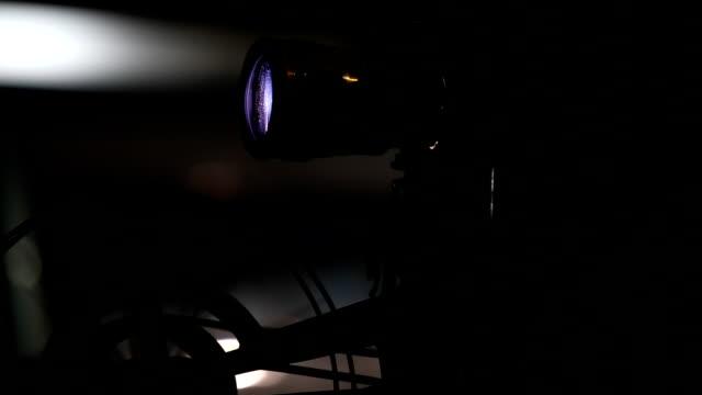 vídeos de stock, filmes e b-roll de projetor de filme - arte, cultura e espetáculo