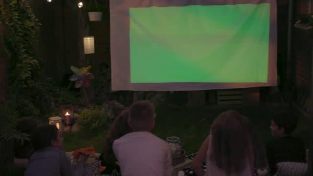 Noche de película en el patio trasero - vídeo