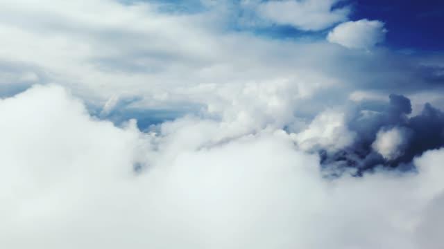 über wolken bewegen - seitenansicht stock-videos und b-roll-filmmaterial