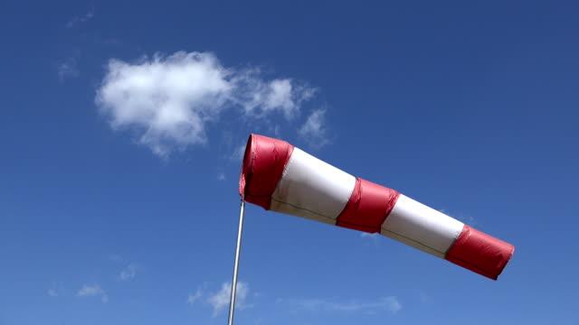 moving air sleeve windsock show direction of wind blowing - rękaw filmów i materiałów b-roll