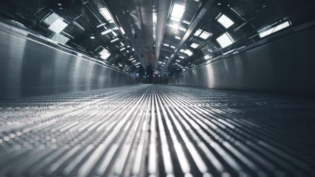 vídeos de stock, filmes e b-roll de escada rolante de aeroporto em movimento contra o sol - tubo objeto manufaturado