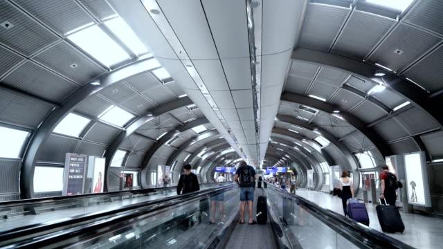 moving airport escalator in frankfurt, germany - пешеходная дорожка путь сообщения стоковые видео и кадры b-roll