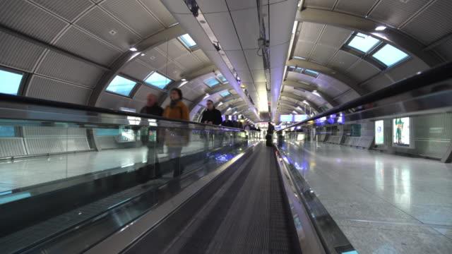 аэропорт движущихся эскалатор - пешеходная дорожка путь сообщения стоковые видео и кадры b-roll