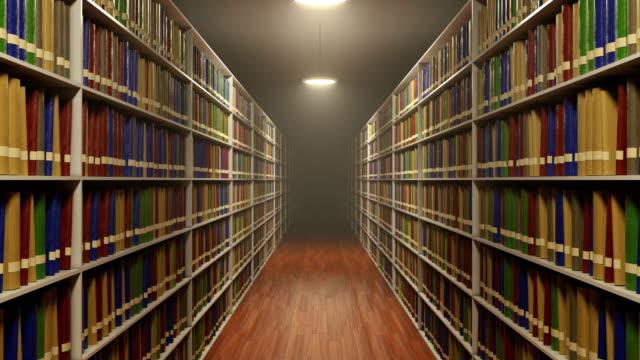 stockvideo's en b-roll-footage met verplaatsen tussen lange boekenkasten met veel boek in oude retro stijlbibliotheek - boekenkast