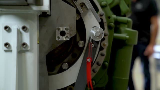 moving big engine parts with special heavy weight equipment. - lega metallica video stock e b–roll