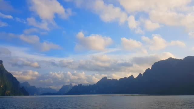 高山の風景、湖、山脈とストリーム湖に沿ってボートを移動 ビデオ