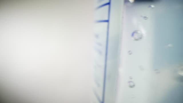 vídeos y material grabado en eventos de stock de traslado de la cámara de seguimiento toma de ultra macro tiro de cerca de burbujas en gel desinfectante de manos con alcohol y aloe vera para prevenir la propagación de covid sars ncov 19 coronavirus flu porcino h7n9 enfermedad de influenza durante la te - hand sanitizer