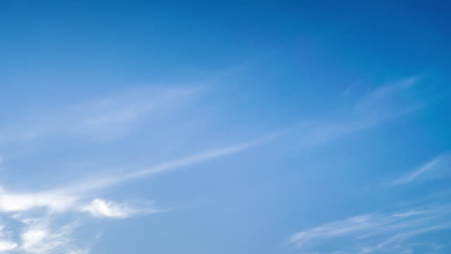moving cloud bei sonnenuntergang. tag-zu-nacht-zeitraffer uhd video - zirrus stock-videos und b-roll-filmmaterial