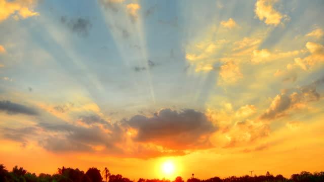 flytta molnet vid solnedgång (hdr) tids fördröjning - high dynamic range imaging bildbanksvideor och videomaterial från bakom kulisserna