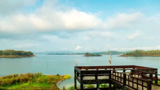 호수와 관점, 시간 경과에서 작은 섬에 이동 클라우드 - 불길한 스톡 비디오 및 b-롤 화면