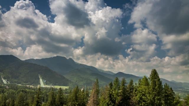 hareketli bulutlar ve giewont dağı zakopane, polonya, timelapse, 4k - zakopane stok videoları ve detay görüntü çekimi
