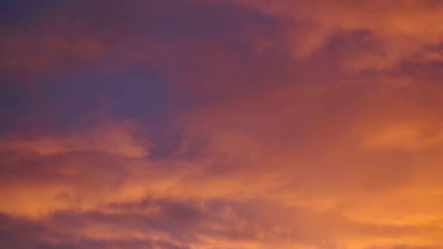 bewegte wolken bei sonnenuntergang - gold waschen stock-videos und b-roll-filmmaterial