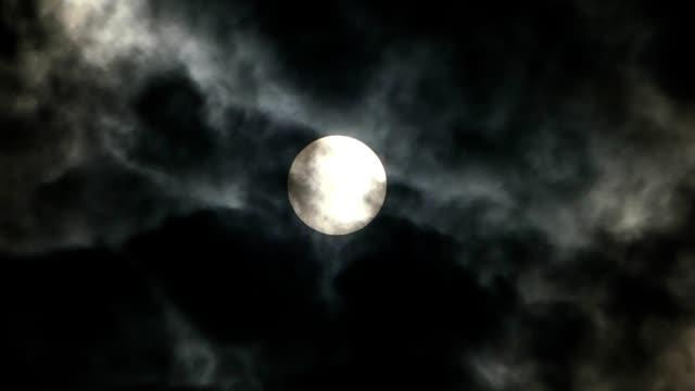 vídeos de stock, filmes e b-roll de nuvens se movendo em frente ao sol - cirro