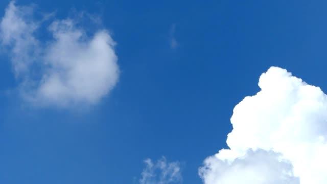vídeos de stock, filmes e b-roll de movendo nuvens - cúmulo