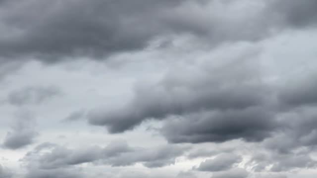 scure nubi di tempesta in movimento - passare davanti video stock e b–roll