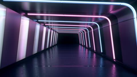 andare avanti all'interno di un tunnel infinito con linee al neon blu e rosa incandescente e lampade bianche. - copy space video stock e b–roll