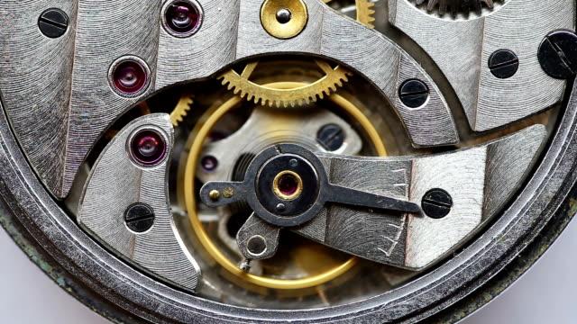 moving gears inside old mechanic pocket watch - часть машины стоковые видео и кадры b-roll