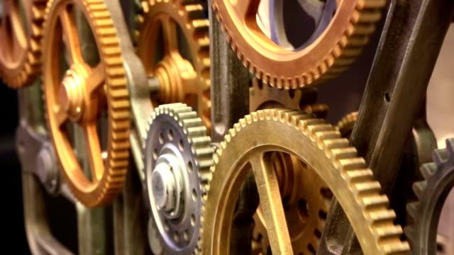 vídeos y material grabado en eventos de stock de moving engranajes de viejo mecanismo primer plano - llave tubular