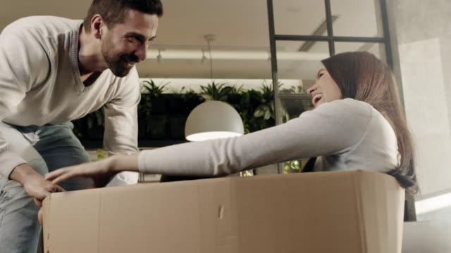 楽しいの新しい家に移動 - 荷物をとく点の映像素材/bロール