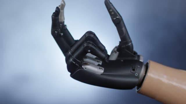 vídeos de stock e filmes b-roll de moving individual fingers with bionic prosthetic hand - membro