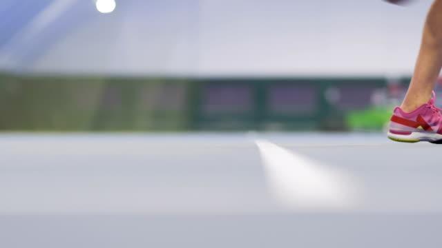 bewegliche beine des tennisspielers - mittelstufenlehrer stock-videos und b-roll-filmmaterial