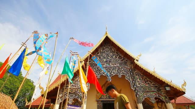 перенести тайский флаг ланна в северном таиланде - верующий стоковые видео и кадры b-roll