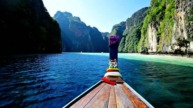 sich auf thailändische traditionellen holzboot - phuket stock-videos und b-roll-filmmaterial