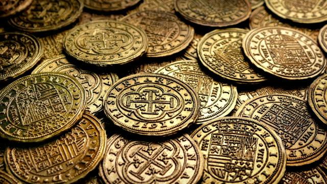 flytta över högen av guldmynt - forntida bildbanksvideor och videomaterial från bakom kulisserna
