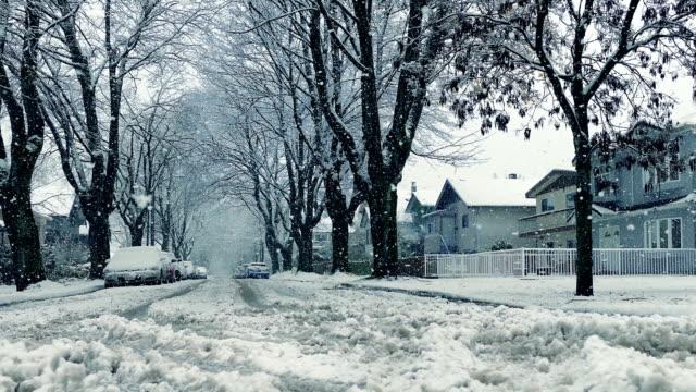 flytta över vägen i snöfall - cold street bildbanksvideor och videomaterial från bakom kulisserna