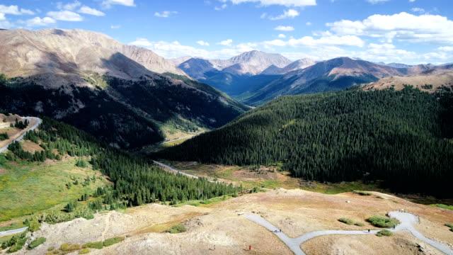 vídeos de stock, filmes e b-roll de movendo-se sobre a borda no rocky mountain valley acima passe de independência - independence pass