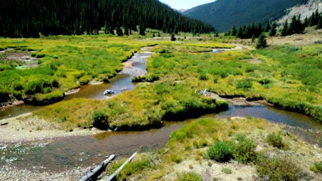 vídeos de stock, filmes e b-roll de movendo-se sobre o enrolamento fluxos glaciar no fundo do vale, perto de aspen, colorado - independence pass