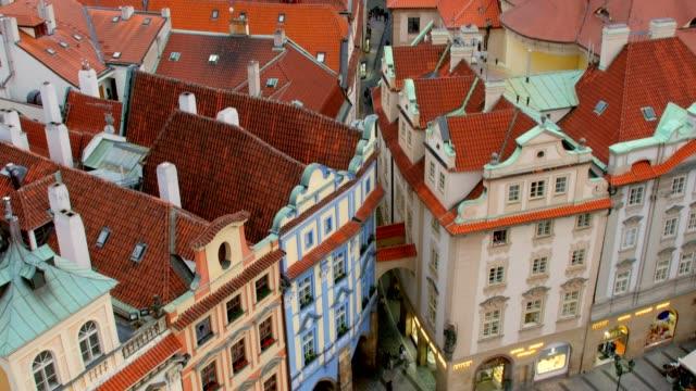 vidéos et rushes de mouvement panoramique de la vieille ville de prague dans la journée en été, touristes sont promènent - prague