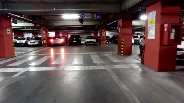 stockvideo's en b-roll-footage met bewegende pov op ondergrondse parkeerplaats in groot gebouw, winkelcentrum - parkeren