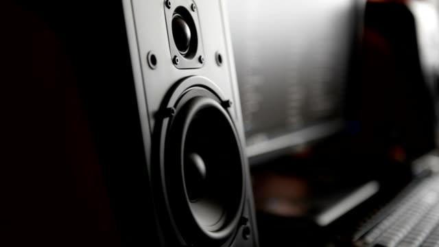 vídeos de stock, filmes e b-roll de monitor de estúdio profissional de música em movimento - música acústica