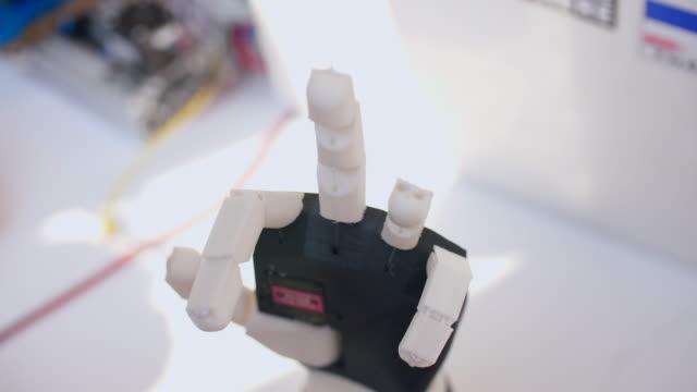 vídeos de stock e filmes b-roll de moving prototype robot arm - membro
